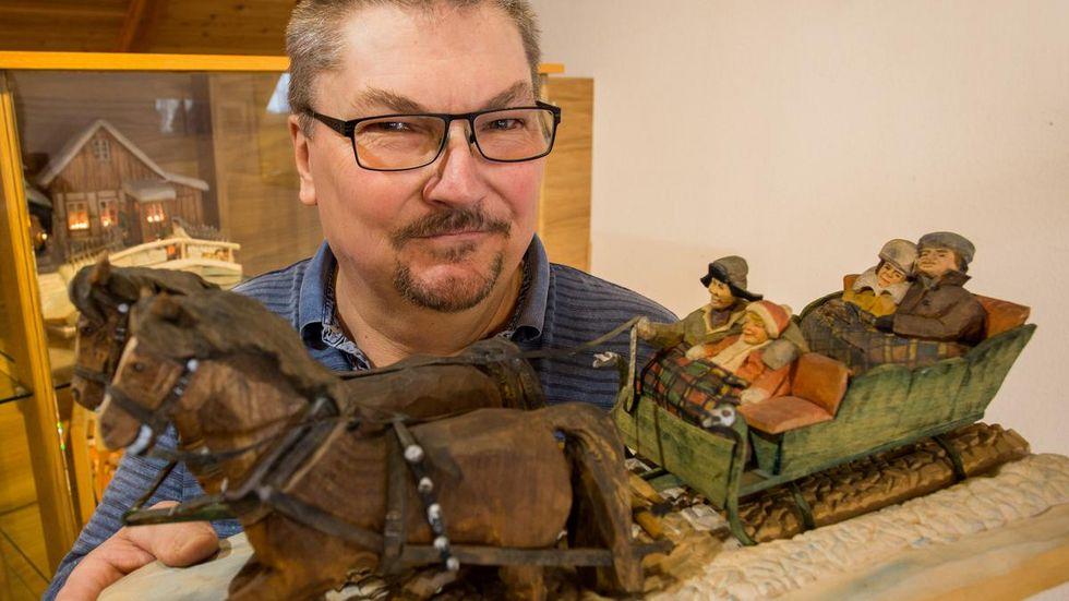 Holzkünstler Matthias Freund schnitzt Szenen aus vergangenen Zeiten.