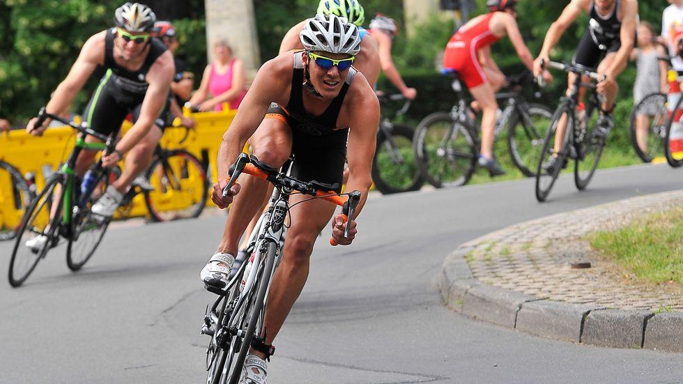 Radfahrer beim Muldenthal-Triathlon in Grimma