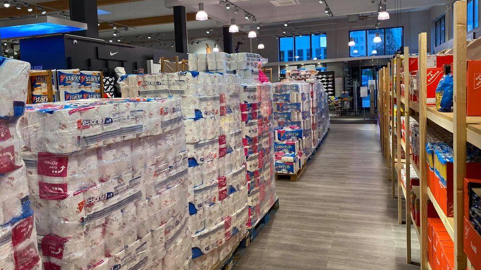 In dem Sportgeschäft in Plauen und Falkenstein kann man ab sofort auch Lebensmittel kaufen.