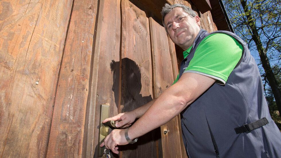 Vereinschef Uwe Kempe schließt das Huthaus am Gnade-Gottes-Erbstolln zu. Foto: Jan Görner.
