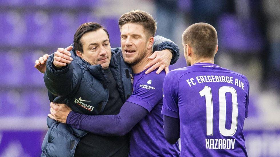 Aues Trainer Trainer Daniel Meyer (l) bejubelt mit Dennis Kempe (m) und Dimitrij Nazarov den 1:0-Sieg am 11. Spieltag gegen Bielefeld. © Robert Michael/dpa