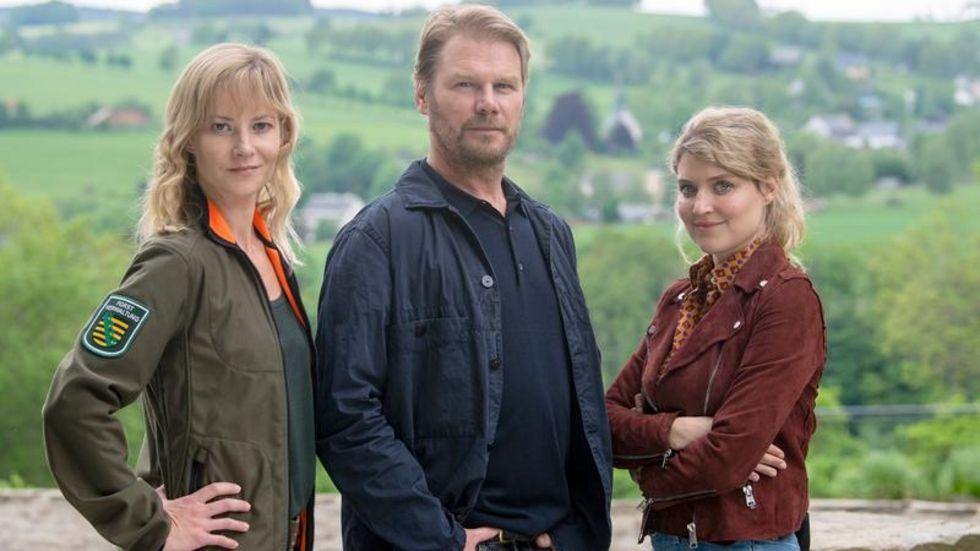 Die Schauspieler Teresa Weißbach (links), Kai Scheve und Lara Mandoki während einer Drehpause am Set für den neuen Erzgebirgskrimi «Tod einer Journalistin».