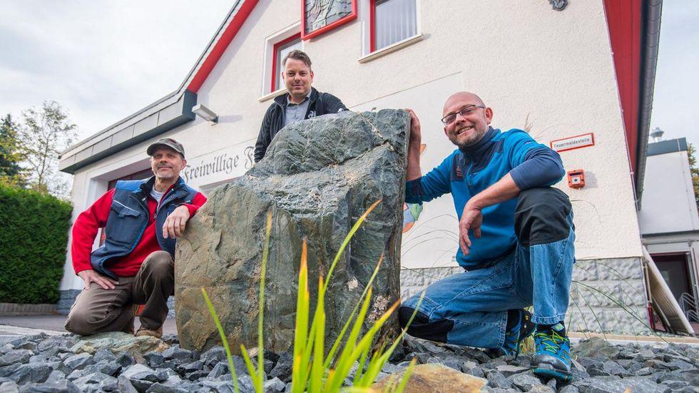 Im Bild sind v.l. Natursteinfachmann Mirko Richter, Wehrleiter Rico Bochmann und Installateur und Feuerwehrkamerad Jens Rutkowski.
