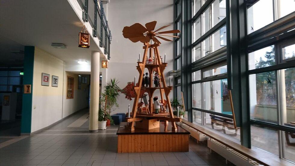 Bis in die erste Etage reicht die Pyramide im Gymnasium Olbernhau. Foto © Steffen Einhorn