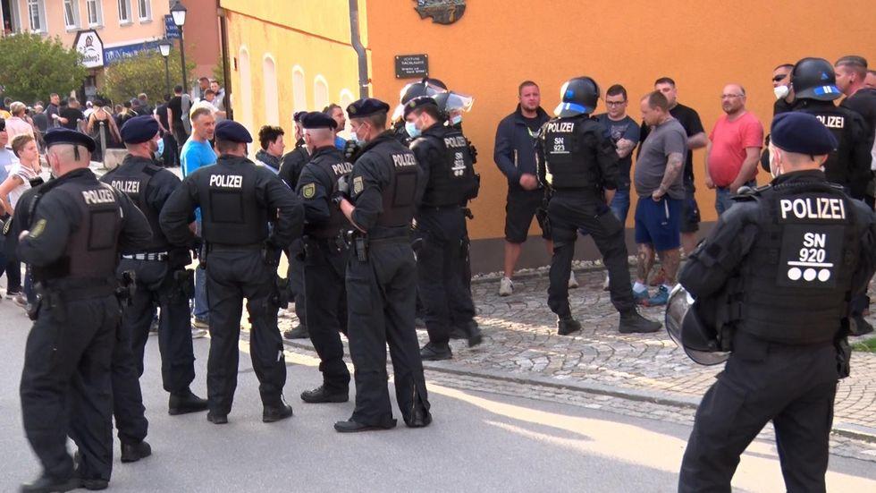 In Zwönitz sind Montagabend acht Polizisten durch aggressive Demoteilnehmer verletzt worden.