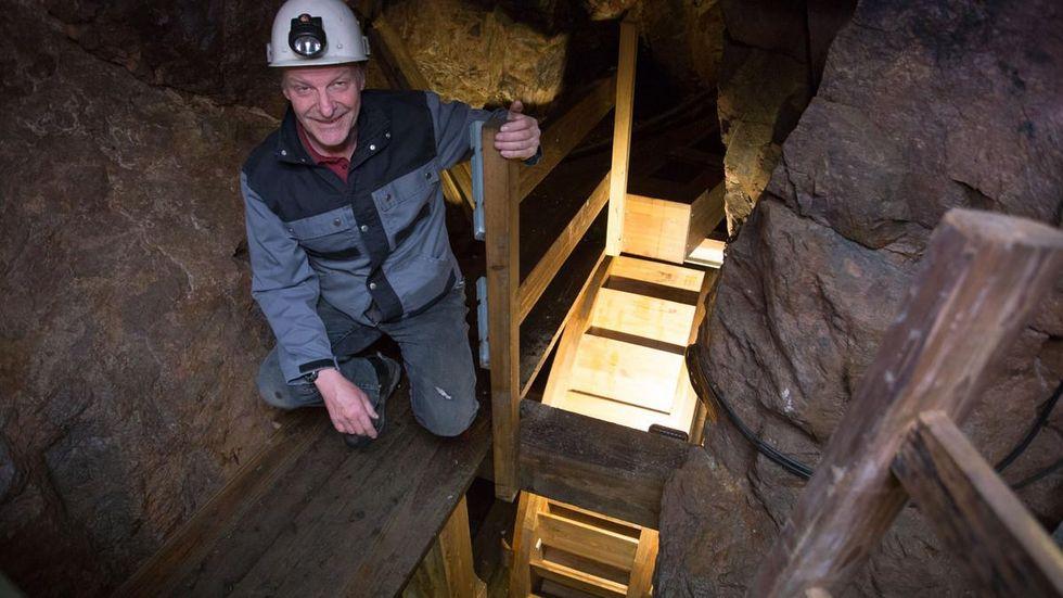 Bergführer Gernot Scheuermann am neuen Wasserrad im Molchner-Stolln.