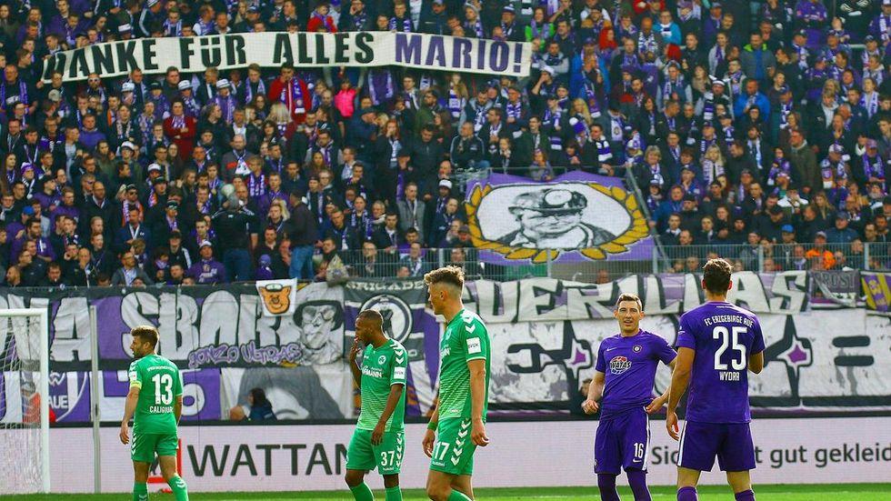 Beim 1:1 gegen Fürth bekundeten die Fans ihre Sympathie für den scheidenden Mario Kvesic. © imago images/ kruczynski