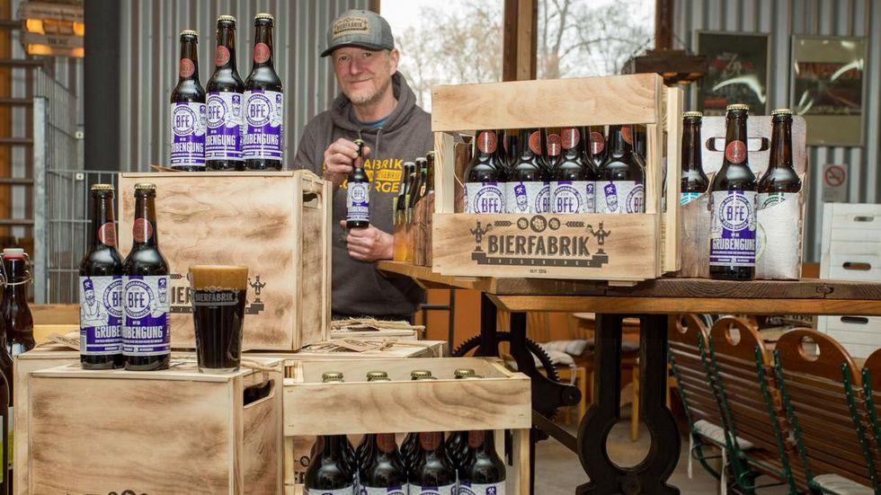 Brauer Uwe Gottwald experimentiert mit verschieden Biersorten. Seine neuste Kreation ist ein Stout.