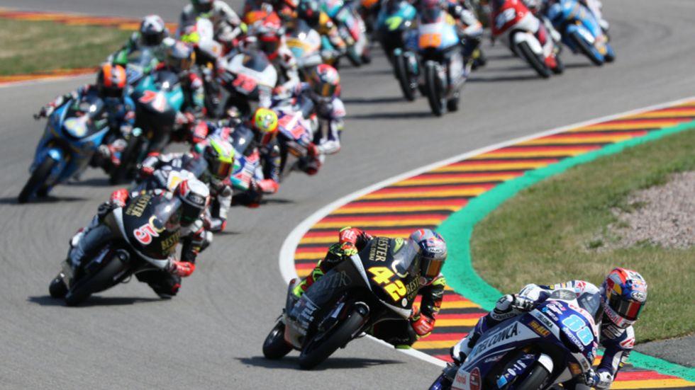 Seit Jahren messen sich die weltbesten Rennpiloten auf dem Sachsenring. Dieses Jahr dürfen Fans allerdings Corona-bedingt nicht vor Ort dabei sein.