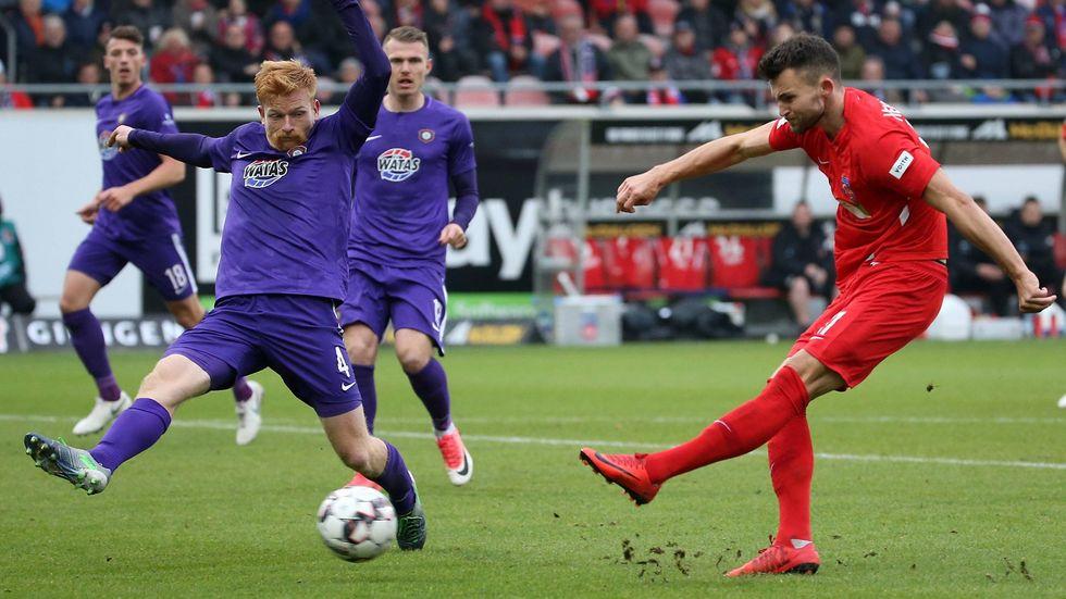 Fabian Kalig kann das Tor durch Heidenheims Thomalla nicht mehr verhindern.