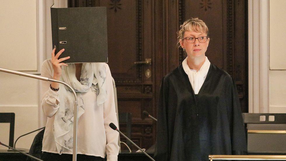 Sarah P. mit ihrer Anwältin Diana Enzinger-Leichsenring. © Irving Cova