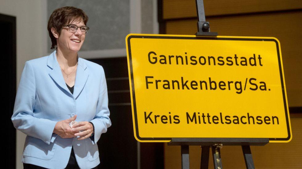 Annegret Kramp-Karrenbauer (CDU), Bundesverteidigungsministerin, mit dem neuen Ortseingangsschild der Stadt Frankenberg