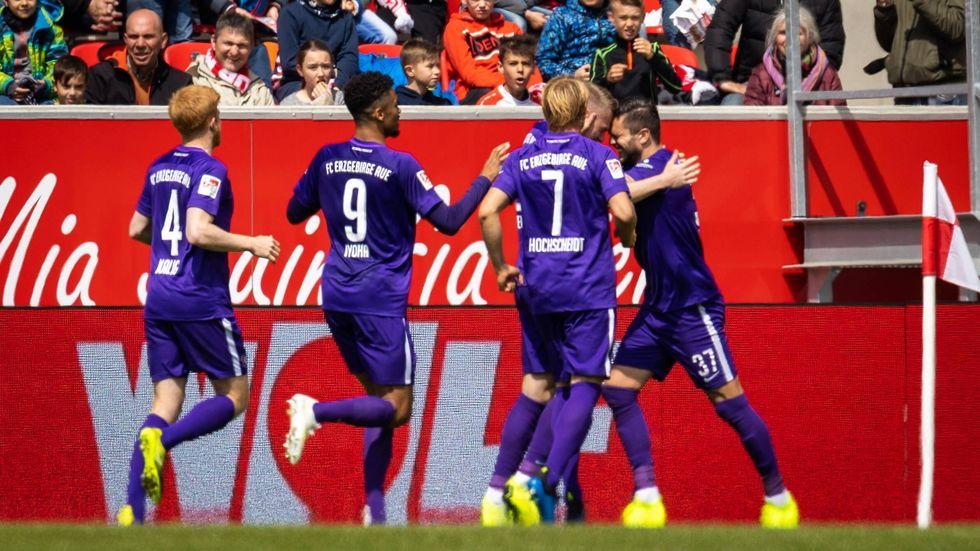 Die Veilchen feiern durch das 3:1 in Regensburg den Klassenerhalt in der 2. Bundesliga.