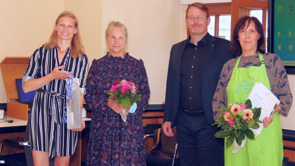 """Liane Uhlmann (r.) gewann den diesjährigen Freiberger Gründerwettbewerb """"Lebendige Innenstadt"""" . Jurymitglied Nicole Schimpke, Citymanagerin der Stadt Freiberg, (l.) Mitbewerberin Reny Hübner (2.v.l) und Oberbürgermeister Sven Krüger gratulieren."""