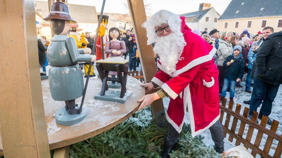 Eine Aufgabe des Weihnachtsmannes in Olbernhau ist das Anschieben der Pyramide zur Eröffnung des Weihnachtsmarktes im Rittergut.