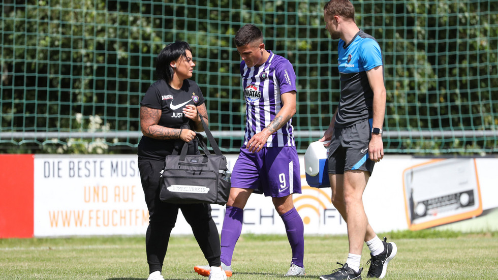 Antonio Jonjic (9, Aue) musste in der ersten Hälfte gegen Türgücü München verletzt ausgewechselt werden.