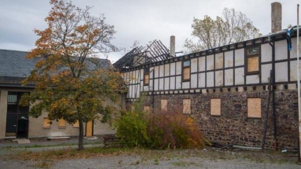 Im August hatte das Dach der ehemaligen Heidelsbergschule in aue gebrannt. © Georg-Ulrich Dostmann/Archiv
