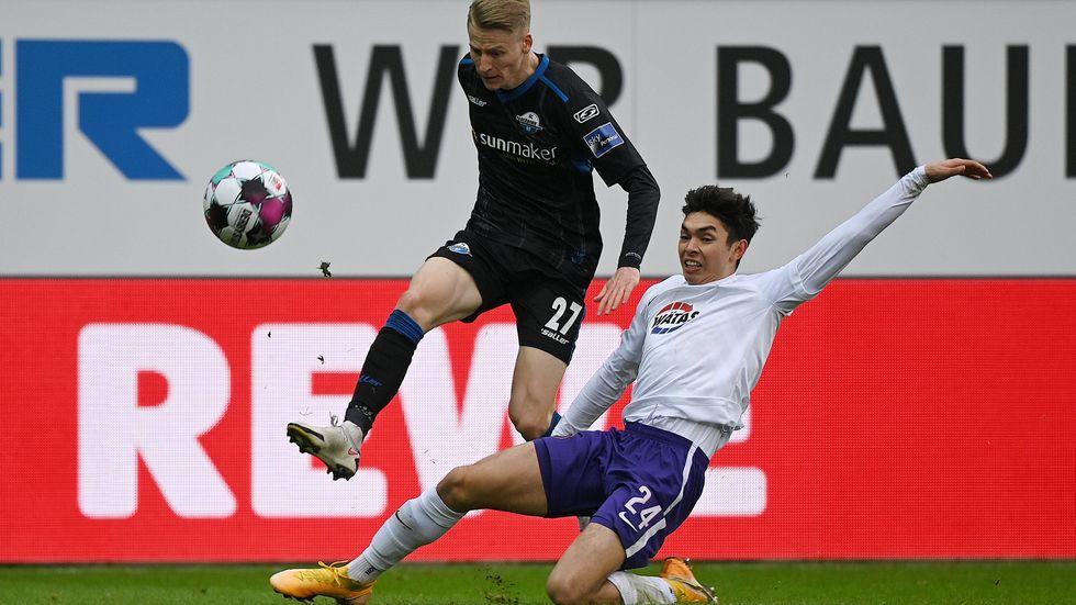 John-Patrick Strauß versucht es gegen Paderborns Chris Führich mit einer Grätsche