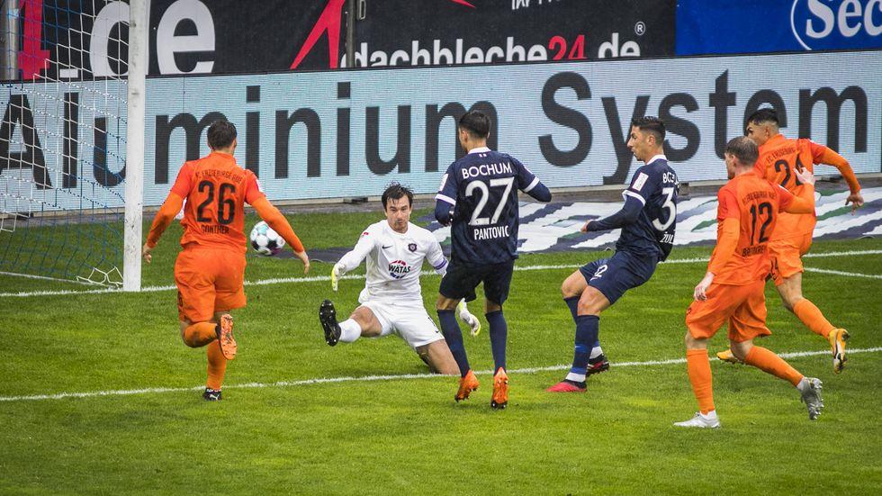 Torhüter Martin Männel ist chancenlos beim Tor zum 1:0 für Bochum durch Robert Zulj
