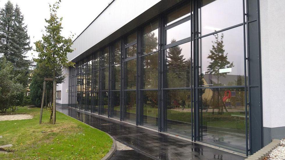 Eine Glasfassade lässt viel Licht in die neue Halle.
