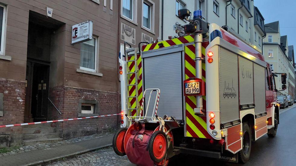 Die Feuerwehr brachte die Bewohner in Sicherheit und sicherte den Bereich ab.