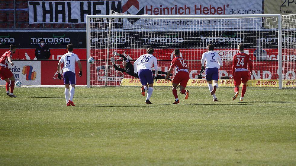Martin Maennel hält in Heidenheim gleich zwei Elfmeter - hier den von FCH-Spieler Denis Thomalla