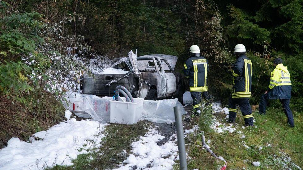 Das Forstfahrzeug brannte auf einem Waldweg.