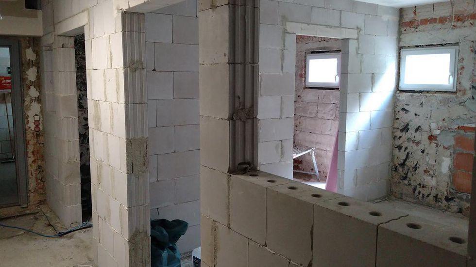 Die Wände für die neuen Hundezimmer stehen.