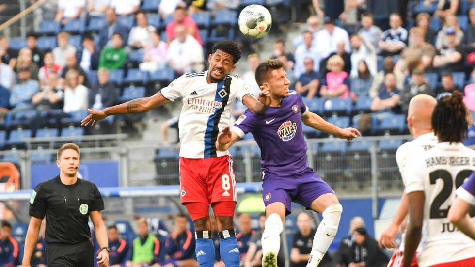 Aues Filip Kusic im Zweikampf mit Jeremy Dudziak vom HSV. Die Veilchen sind in Hamburg untergegangen.