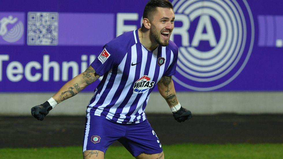 Doppel-Torschütze Pascal Testroet freut sich über den Sieg gegen Karlsruhe