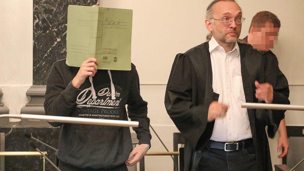 Johnny H. mit seinem Anwalt Michael Windisch. © Irving Cova