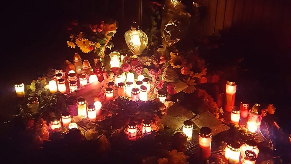 Mehrere Blumen und Kerzen erinnern am Tatort an die 16-Jährige Wiktoria. Am Mittwochabend folgten rund 100 Menschen einem Facebookaufruf und hielten eine Mahnwache ab.