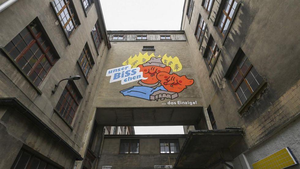 Eine Arbeit des Künstlerduos Uder&Schindl ist an der Fassade der ehemaligen Buntpapierfabrik in Flöha zu sehen.