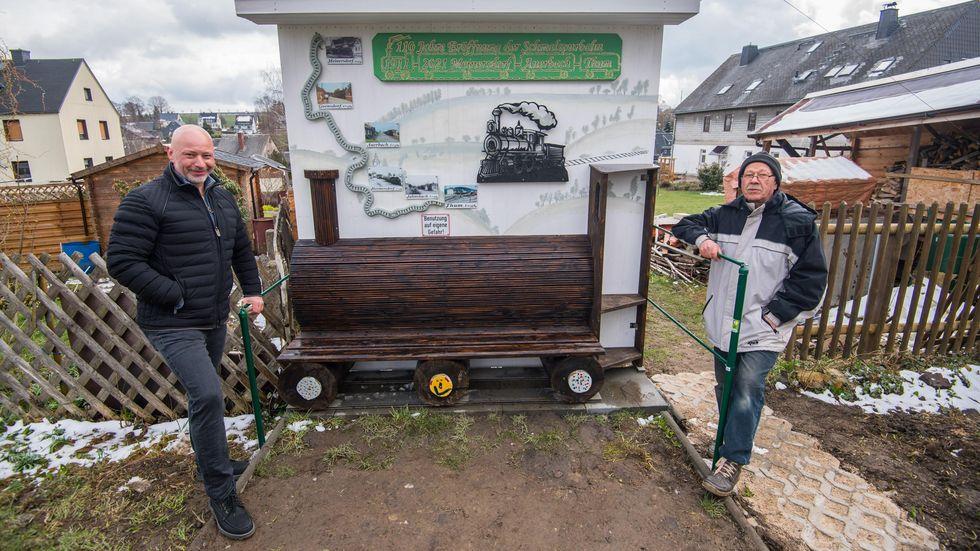 Erbauer Jürgen Melzer (r.) mit Gemeinderat Ulf Lange an seiner Dampflok-Bank.