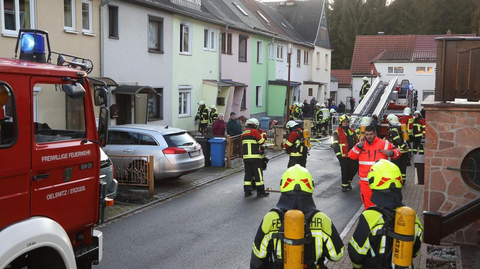 Gegen 16 Uhr wurde die Feuerwehr zum Knappenweg in Hohndorf gerufen. © Andreas Kretschel
