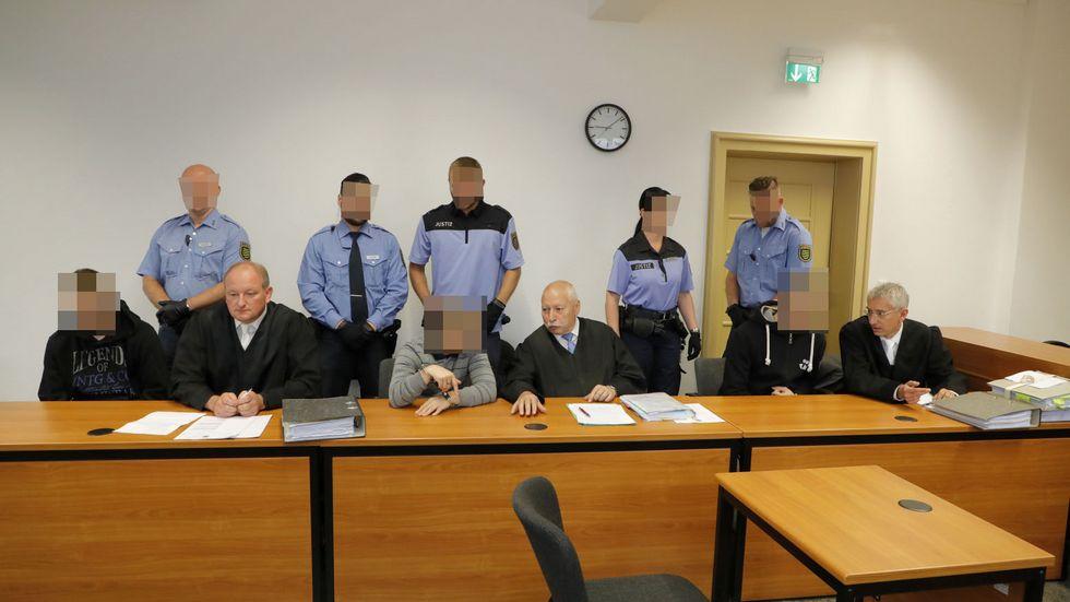 Die drei Angeklagten mit ihren Verteidigern. In der Mitte der Hauptangeklagte Terence H. Foto © haertelpress.