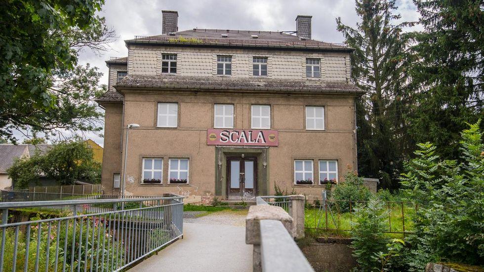 """Das Kino """"Scala"""" wurde 1927 erbaut und war bis Mitte der 1990er Jahre in Betrieb. Brandschutztechnische Mängel sowie die Errichtung der Eurofoam Arena führten 2004 zur Stilllegung."""