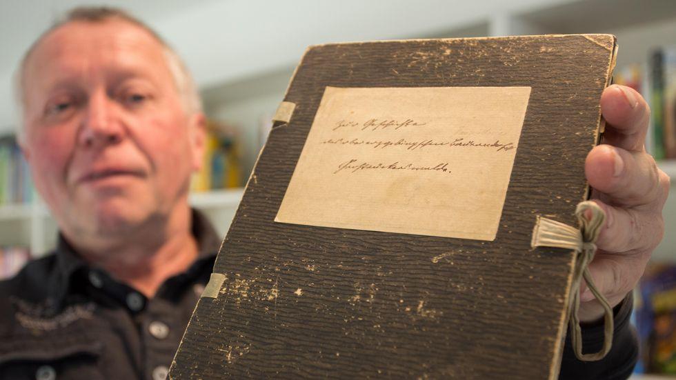 Uwe Schönherr mit der handschriftlichen Goldmann-Chronik.