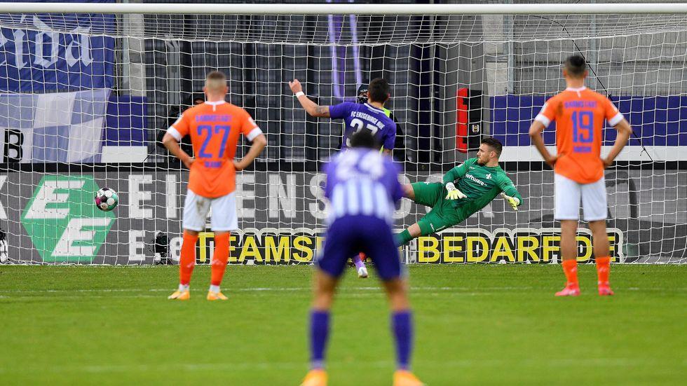Pascal Testroet trifft gegen Darmstadt-Keeper Marcel Schuhen per Elfmeter zum 2:0