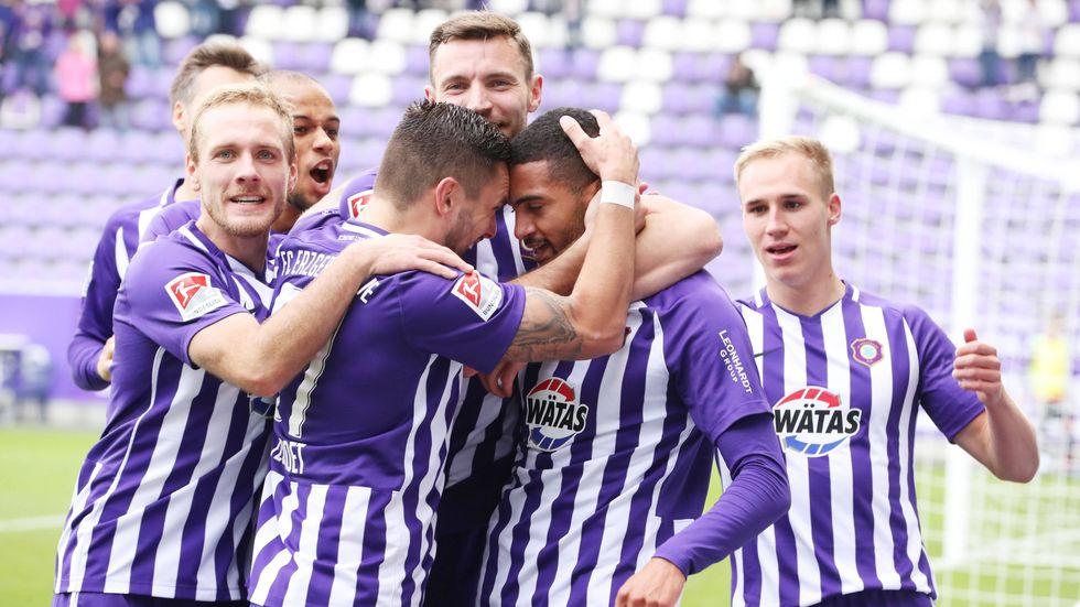 Malcom Cacutalua jubelt mit dem Team über seinen Treffer zum 1:0